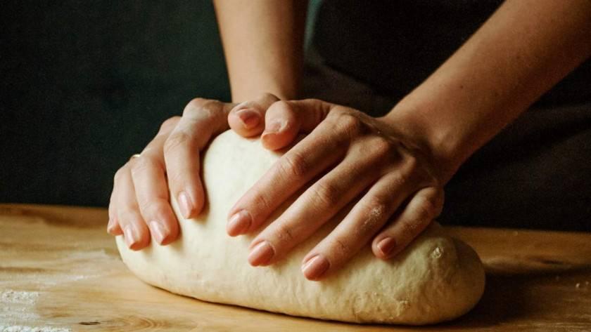 Faut-il mieux pétrir à la main ou avec un robot pâtissier ?